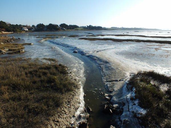 Le fond de la baie blanchit par le gel