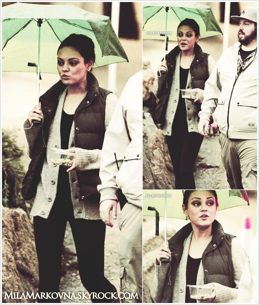 4 mai - Mila marchait sous la pluie de Boston pendant sa pause déjeuner avant de reprendre le tournage .  Bon, c'était une pause entre 2 scènes ce qui explique la tenue confort :  Ugg's + doudoune. Un bof .
