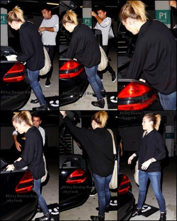 Miley à fait du shopping avec Vija,elle c'est rendu chez Barney à Beverly Hills le 01/11/11