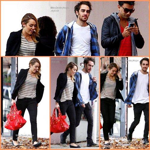 Miley était en compagnie de Vija et de Cheyne à Best Buy pour faire les courses le 04.11.11