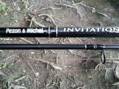 voila la canne de kevin (invitation sensitive de pezon et michel avec le moulinet assorti pezon et michel spécialiste avec de la tresse powerpro rouge)