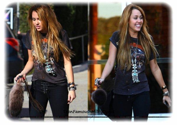 """Bonsoir à tous ! Découvrez de nouvelles photos de Miley Cyrus à Studio City le 3 novembre. Elle s'était rendue chez Samy's Camera avant d'aller déjeuner chez Panera Bread .Pour rappel, elle sera ce dimanche aux MTV EMA et réalisera une performance sur le single """"Who owns my heart"""". Enfin, sachez que le tournage du film So Undercover ne démarrera finalement qu'en décembre. Voici déjà les premières infos sur son rôle : elle jouera une jeune espionne de rue sous couverture engagée par le FBI pour infiltrer une fraternité d'un collège. Un film qui s'annonce donc très prometteur !"""