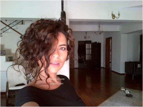 """► Nouvelle photo de INNA avec ses cheveux frizés ♥ Ca lui va bien mais je préférais avant quand même ! + """"J'adore"""" Version piano."""