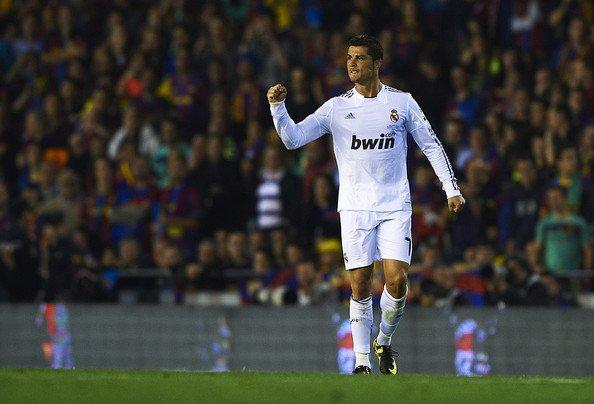 Cristiano Ronaldo du Real Madrid (L) célèbre avec ses coéquipiers après avoir marqué le but de son équipe première au cours de la finale de Copa del Rey entre le Real Madrid et de Barcelone à l'Estadio Mestalla le 20 avril 2011 à Valence, en Espagne.