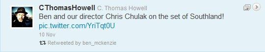 """Hier, Thomas Howell (interprète de Billy Dewey dans SouthLAnd) a posté une photo sur son Twitter de lui même, de Ben & de Chris Chulack (le directeur/producteur de la série) avec comme message """"Ben et notre directeur Chris Chulak sur le tournage de StouhLAnd!"""" pour notre plus grand plaisir! Ça fait du bien d'avoir un peu de nouvelles de Ben. Alors, qu'en dites vous?"""