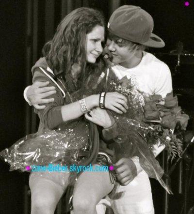 Justin Bieber a touché les cuisses d'une de ses fan pendant une soiré Justin est resté très proche avec elle !!
