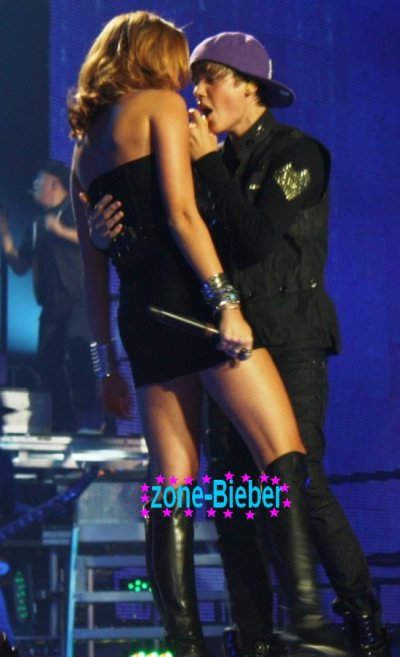 Lors de leur duo, mardi au Madison Square Garden, Justin Bieber a été très proche de Miley Cyrus et l'a caressée à plusieurs reprises... Une main dans le dos, sur la hanche... Justin s'est lâché !