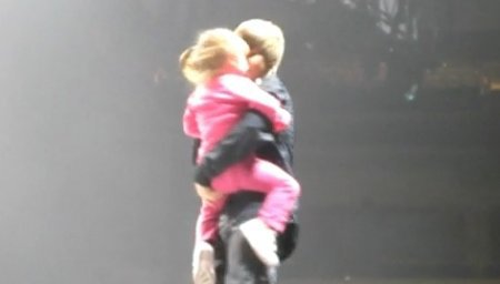 Le 16/09 :  Justin Bieber était de passage à Winnipeg, la ville où habite son père, pour le My World Tour. Du coup, toute la petite famille assistait au concert et Justin n'a pas résisté à l'envie de prendre sa petite s½ur dans les bras sur scène...