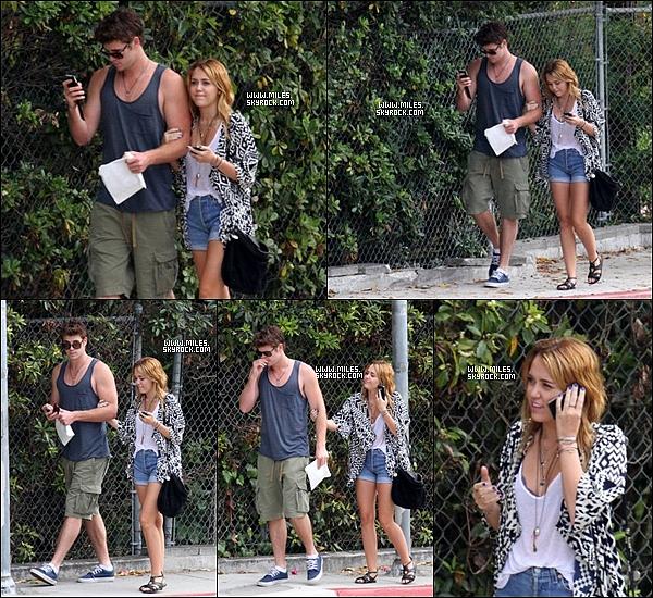 """. 07/08/11  ▬ _""""Miley a été vue en compagnie de son petit copain Liam se promenant dans les rues de Los Angeles.  ."""