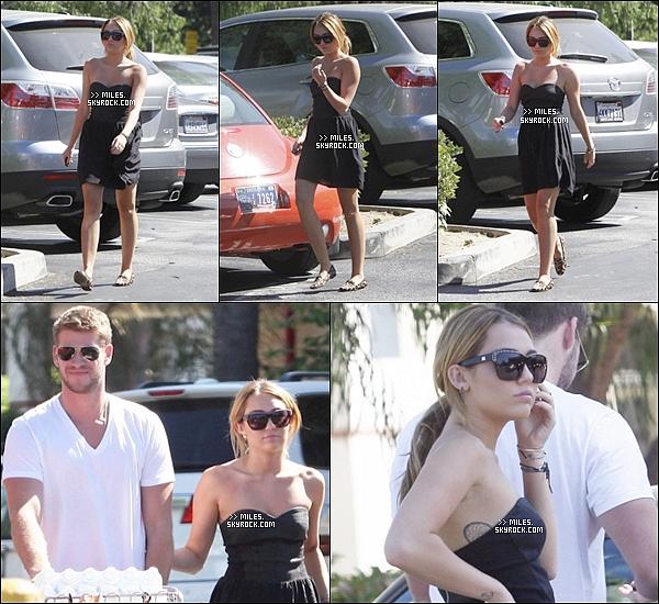 """. 30/08/11  ▬ _""""Miley, avec son petit ami Liam ont été vu faire des courses à Trader Joe's  à Los Angeles.  ."""