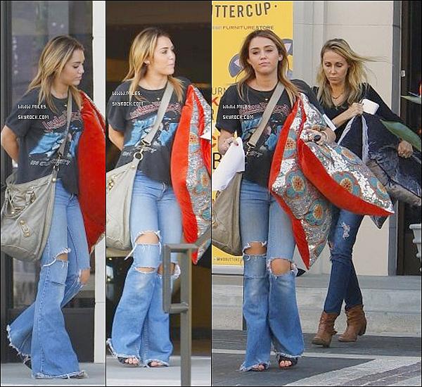 """. 20/10/11  ▬ _"""" Miley et sa mère allant acheter des oreillers pour sa maison. Pour Moi C'est Flop :/.  ."""