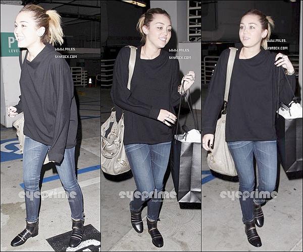 """.1/11/11   ▬ _""""  Miley a été enfin aperçue faisant du Shopping chez Barneys New York à Beverly Hills. .J'aime pas Le Tenue De Mil ' Pas Mal J'aime bien Le Sac de Miley  ♥ Ton Avis ?  ."""