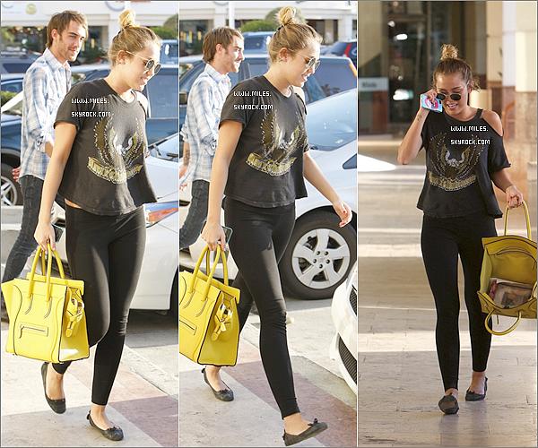 """. 10 Mars 2012  ▬ _"""" Miss Miley  a été vue sortant du retaurant Sharky's en fumant une cigarette toujours à LA . ."""