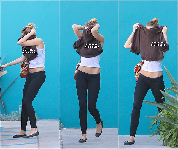 19.03.12 - Notre Manifique Miley Cyrus à été vue allant déjeuner avec un ami dans Studio City à Los Angeles.