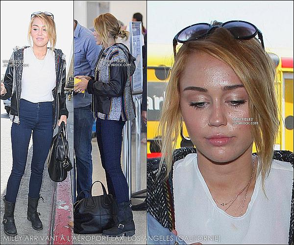 * 07/06/2012 : Miley a été photographiée à l'aéroport LAX de Los Angeles afin de prendre un vol vers la Nouvelle-Orléans, en Louisiane, pour y retrouver son fiancé Liam. ♥  *