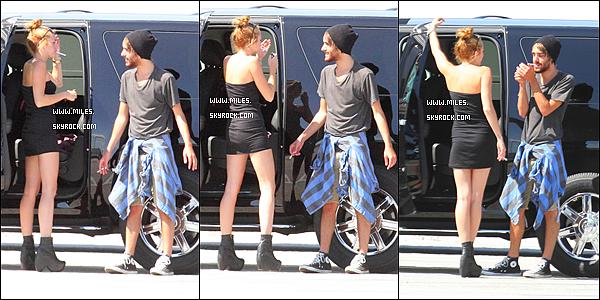 """. 12 Juin 2012  ▬ _"""" Miley a été aperçue à l'aéroport de « Miami »Elle Passe un beau Temps avec Cheyne Thomas.  ."""