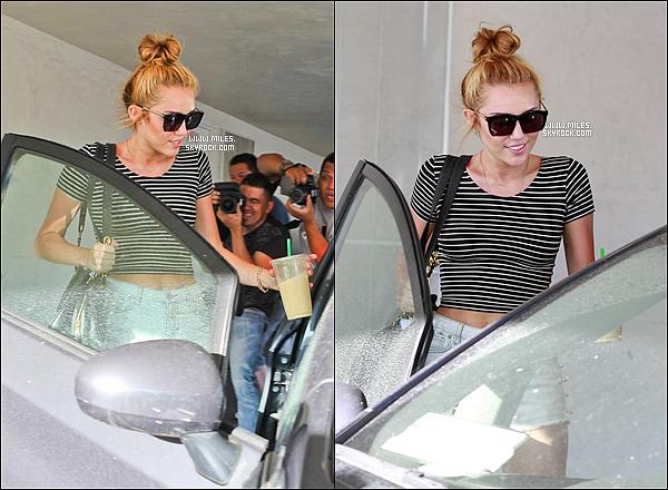* 22/06/2012 : Miley Cyrus a été photographiée allant s'acheter un café glacé à LA Top ou plutôt Flop?  *