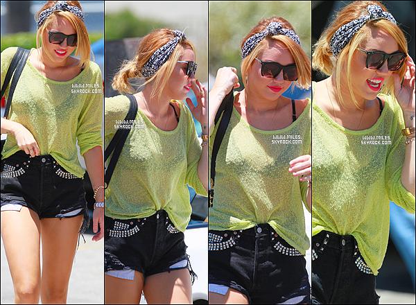 * 26/06/2012 : Miley Cyrus et son amie Jen Novak ont été vues allant au Stabucks dans les rues de Toluca Lake  *