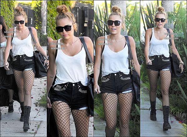 .   28/06/12 : Miss Miley Va Dans   un studio d'enregistrement, dans Burbank    J'aime Bien Surtout Le Short.  Et Toi. Tu Aime ? Donner Moi Ton Avis A Mon Avis elle fait le Méme Style est ses Cheveux Long Me Manquait Tellement !  .