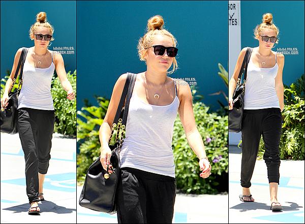 30/06/2012 :  Miley Comme Toujours Sortant de son cours de pilate à Los Angeles    Alors Top Ou Flop Pour Miss Miley ?Elle Porte Des Vétements Comme Hier Toujours Top Pour Moi . J'adore Ces Bijoux , Et son Sac aussi