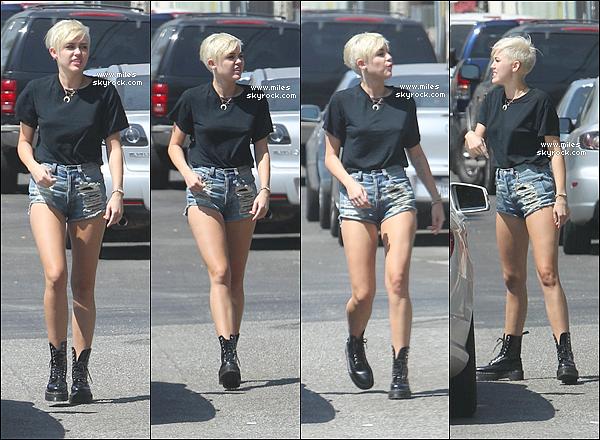 * 30/08/2012 :  Mil ' s'est baladé dans Los Angeles. Elle est en effet rentrée de Philadelphie après y avoir passé plusieurs semaines pour accompagner son fiancé sur le tournage de « Paranoia« Alors Top Ou Bien Flop ?  !  *