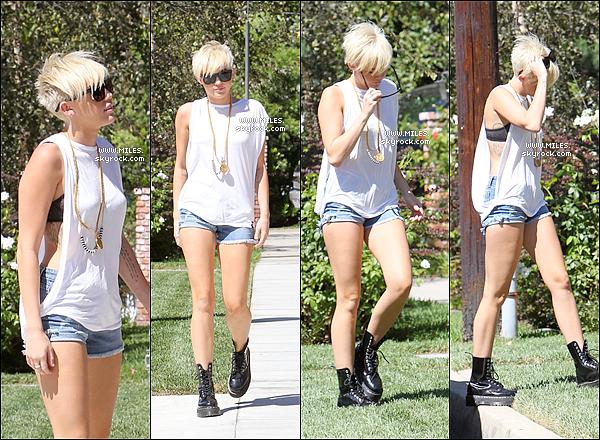 _ 02 Septembre : Miss Miley cyrus à été rendre visite à un ami avec son Fiancé Liam  à Pasadena.    Enfin Miss Miley Porte Un Top C'est Mon Avis Alors Bof , Top Ou Flop ? _