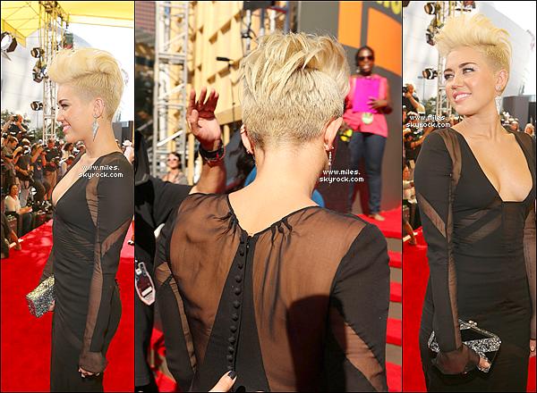 * 06/09/12 : Miley C.  est arrivée sur le tapis rouge De VMA vêtue d'une magnifique robe noire Emilio Pucci. Elle confirmé que son nouveau single sortira cette année !  Hate ? Sinon , Pour Moi Bof Pour les Cheuveux , Et Top Pour Cette Robe Noir *