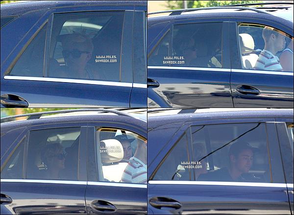 * 08/09/2012 :  Miss Miley Cyrus et son Fiancé Liam et quelques amies,  sont allés se chercher un Starbuck.  *