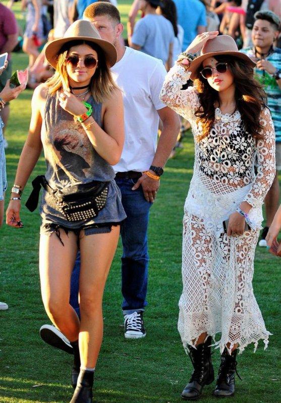 Kylie Jenner VS Selena Gomez à Coachella quel est le meilleur look?