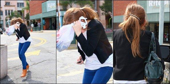 .   17 Mars : Notre Manifique Miley  sa maman et sa grand-mére se promenant à Toluka Lake   Dans le meme Jour Miley A la pharmacie Rite Aid , Oups Il Aime j'aimais les paparazi   .