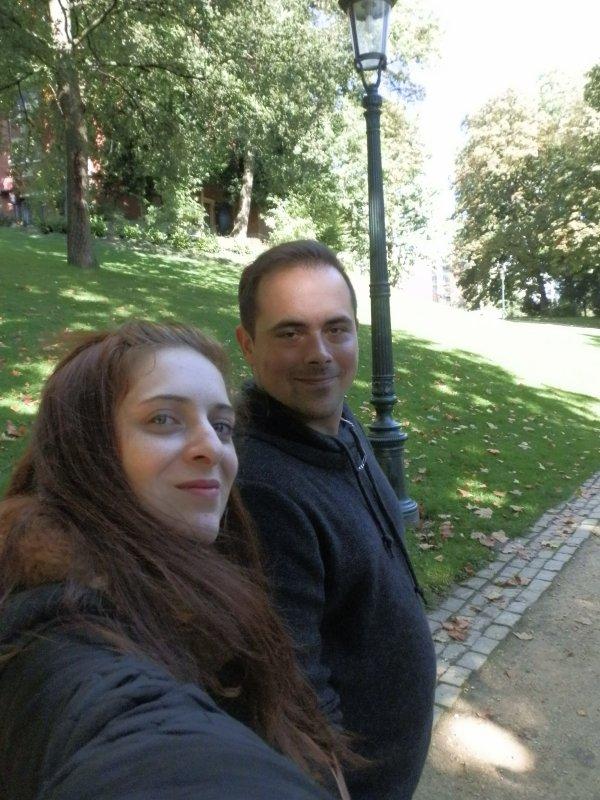 Hier nous avons pris la décision folle d'aller voir ma soeur et mon beau frère en Belgique . Nous voilà en promenade dans l'un des parc de Bruxelle
