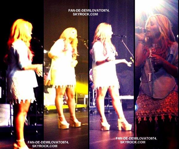 24 Juin : Demi était sur la scène du Filene Center à Vienna ! Comme à son habitude , elle était magnifique et très énergique. Et personnellement la tenue qu'elle portait sur scène était celle que je préfère .