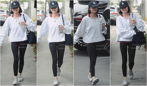 - 11/05/17 :  Lucy Hale a été photographiée alors qu'elle sortait de la gym, Los Angeles (CA). Rien à dire d'exceptionnel sur cette tenue qui est très basique et sportive, ce qui parait normal au vu de son activité. -