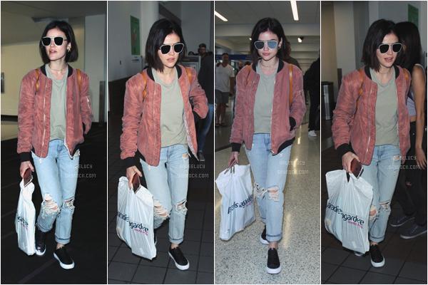 - 04/06/17 : Lucy Hale a été vue au départ de l'aéroport de LAX, Los Angeles (CA). Alors, encore une tenue que je n'aime pas du tout, elle fait trop garçon et je trouve que ça lui va pas super en plus. -