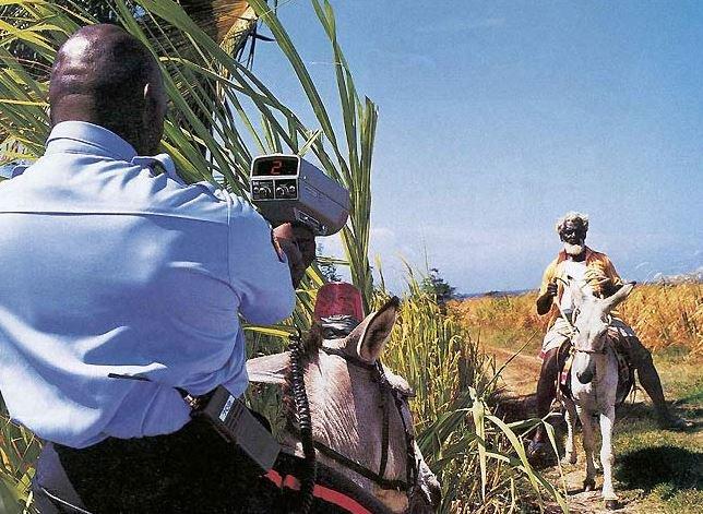 En Afrique aussi, la police contrôle la vitesse... In Africa also, police checks speedness...