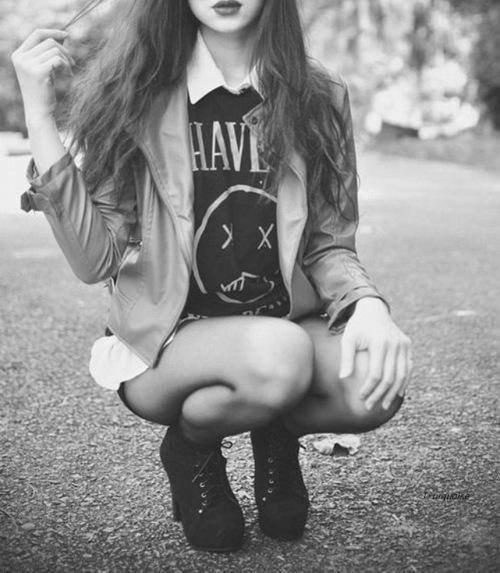 """"""" j'ai peur d'avoir aucune raison d'me plaindre. Pourtant, j'me sens triste tout l'temps, j'me sens vide. J'ai peur d'être normal, d'être moyen, ni trop mal ni trop bien, j'crois que j'sers à rien. """""""