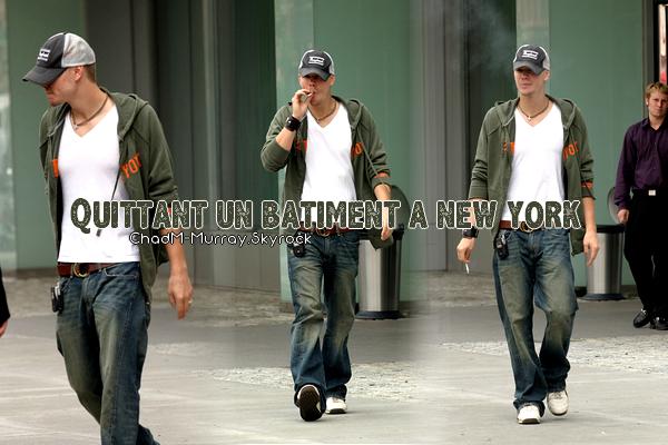 • Candids ►  Le 02 Août 2004 - Chad Entrain De Fumer à New York