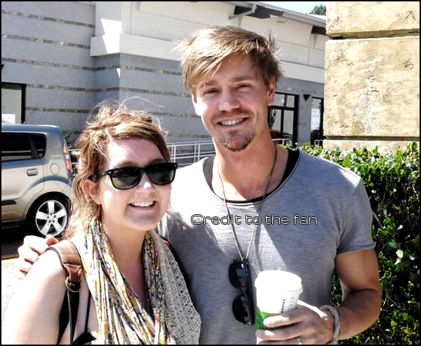 • Fan Photo ►  Le 16 Avril 2011 - A La Sortie d'Un Starbucks