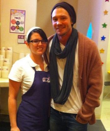 • Photos Avec Les Fans ►  Le 20 Février 2011 - Dans un Restaurant avec une Fan