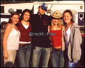 • Photos Avec Les Fans ►  Posté le 12 Mai 2004 - Sur Le Tournage d'Oth ?