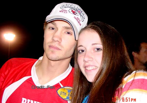 • Photos Avec Les Fans ►  Le 19 Mars 2004 - Avec Une Fan