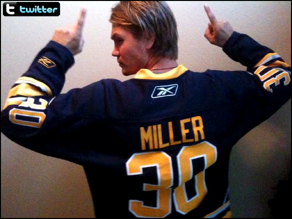 • Twitter ►  Le 06 Octobre 2011 - Chad Supporte L'Equipe de Hockey