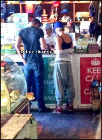 • Photos De Fans ►  Le 29 Septembre 2013 - Dans Un Magasin Avec Nicky