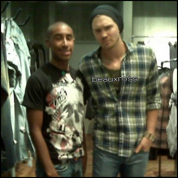 • Photos Avec Les Fans ►  Le 07 Février 2009 - Au Beverly Center A Los Angeles