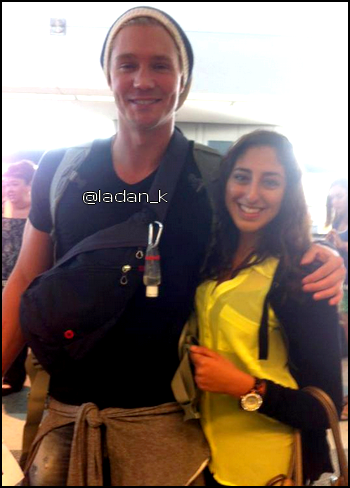 • Photos Avec Les Fans ►  Le 22 Juillet 2012 - Avec une Fan A L'aéroport