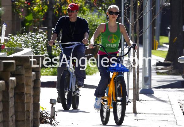 • Candids ►  Le 14 Janvier 2010 - Chad Et Kenzie Faisant Un Tour En Vélo