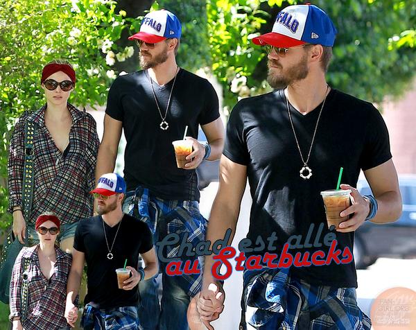 • Candids ►  Le 16 Mai 2013 - Allant chercher un café glacé au Starbucks