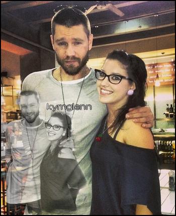• Photos Avec Les Fans ►  Le 08 Novembre 2013 - Chad Et Une Fan Dans Un Restaurant