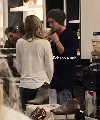 •Photo De Fans ►  Le 29 Novembre 2014 - Chad & Sarah Dans Un Magasin