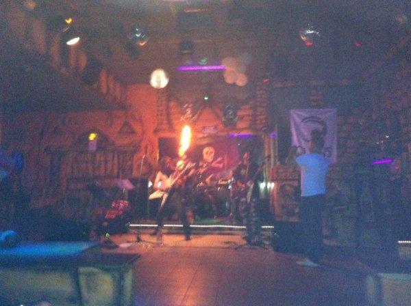 Enorme concert d'un groupe local du 45 (les Vlad Pythons) avec mes meilleurs potes :D !